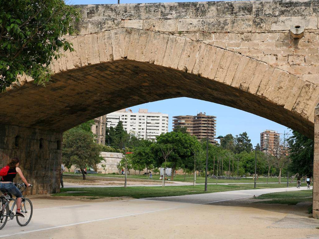 Turia bike tour visit the turia gardens by bike with for Jardines de tabarca valencia